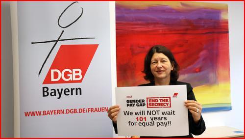 Verena Di Pasquale mit Schild zur Mitmachaktion Gender Pay Gap