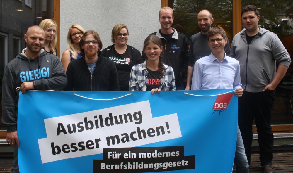 Die neu gewählten Vorsitzenden des Bezirksjugendausschusses, Ben Wermuth (erster von links) und Rico Irmischer (erste Reihe, erster von rechts).