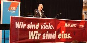 Matthias Jena spricht am 1. Mai 2017 in Passau.