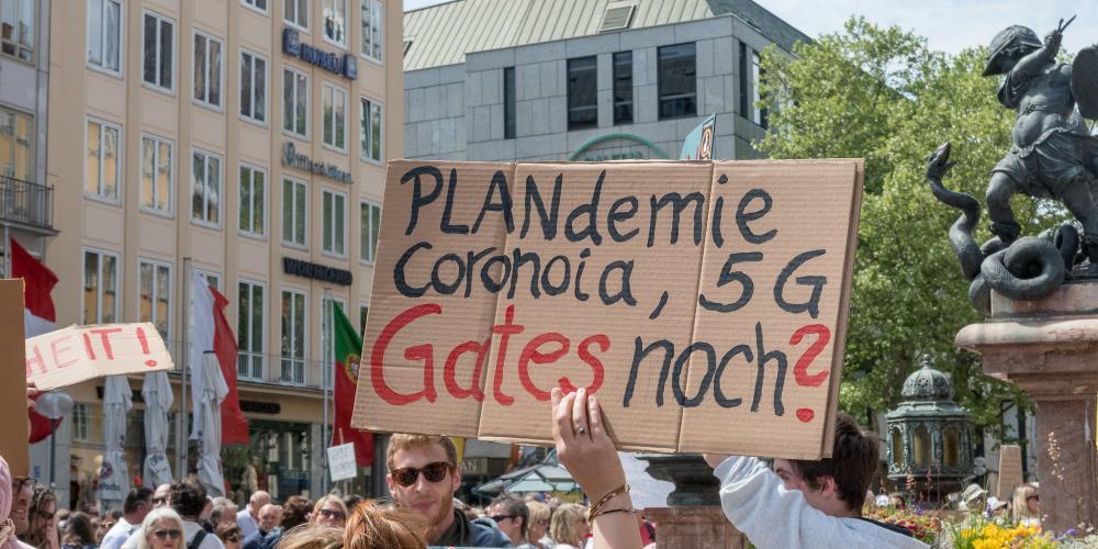 Teilnehmer einer Demonstration gegen die Corona-Demo