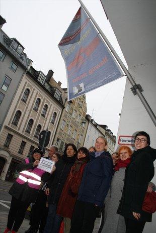 Gewalt gegen Frauen mit Fahne