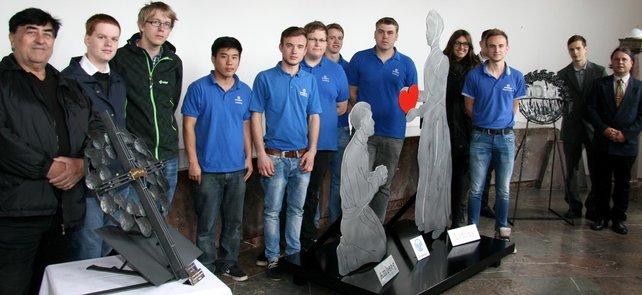 """Azubis der Firma Grammer überreichen mit der DGB-Jugend ihre Skulptur """"Die Vergebung"""" bei der Gedenkfeier 2015 im tschechischen Lidice."""