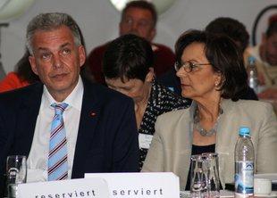 Matthias Jena und Bayerns Arbeits- und Sozialministerin Emilia Müller bei der Fachtagung des Sozialen Netz Bayern.