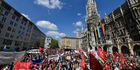 Teilnehmerinnen und Teilnehmer am 1. Mai 2019 auf dem Münchener Marienplatz