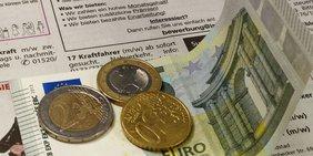 Geld und Zeitung mit Stellenanzeigen