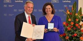 Matthias Jena erhält die Verfassungsmedaille aus den Händen von Landtagspräsidentin Ilse Aigner