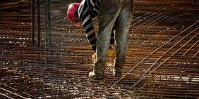 Arbeiter auf Stahlrohbau