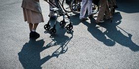 Senioren mit Rollstuhl
