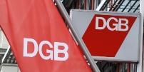 DGB-Fahne und DGB-Logo.