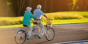Älteres Paar fährt Tandem